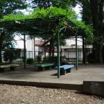 北野公園 屋根付きベンチ、ここでBBQもOK。場所取りはお早めに。