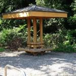 望地弁天キャンプ場 駐車場前の休憩ベンチ