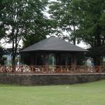 秋留台公園 芝生広場の脇には屋根付き休憩場が