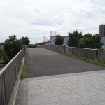 若葉台公園 テニスコート横の陸橋からホームセンターへ直接向えます。