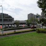 若葉台公園 道路を挟んでコンビニがあります。