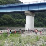 高田橋河川敷 小さいお子様は橋下の水たまりで水遊び。