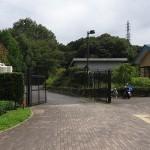 小山内裏公園 駐車場入口はパークセンター横