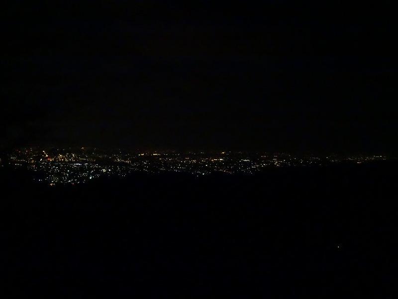 ケーブルカーを降りると直ぐに展望台が有ります。そこから見る夜景です。