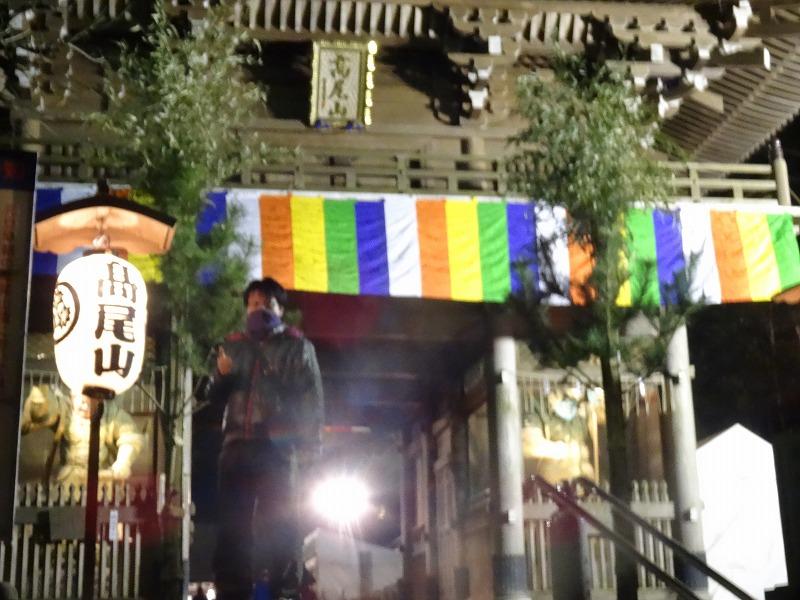 高尾山薬王院入口です。年明け1時間前なのでまだ参拝客はまばら。年明けはここから行列ができます。最後尾がお参りできるまで1時間以上係ります。