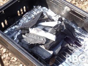 それを囲う様に炭を組む