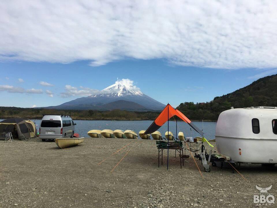 精進湖畔から見る富士山